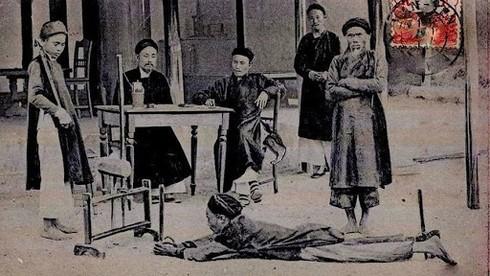 Sau lần bị vua cha quở trách, Trần Anh Tông đối đãi với các quan ham uống rượu, mê đánh bạc như thế nào?