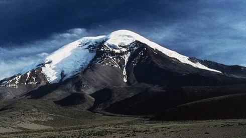 Ngọn núi cao nhất tính từ tâm Trái Đất thuộc nước nào?
