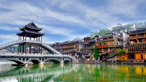 Phượng Hoàng cổ trấn gắn liền với con sông nào?