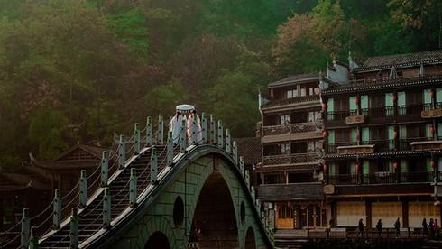 Phượng Hoàng cổ trấn nổi tiếng nhất với bao nhiêu cây cầu?