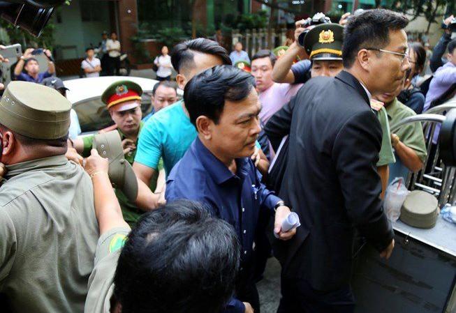 Ông Nguyễn Hữu Linh và Ls Trần Bá Học đến tòa sáng nay 23/8. Ảnh: X.D