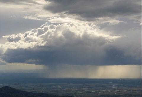 Tại sao mây thường có màu đen khi trời sắp mưa?