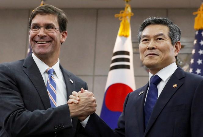 Bộ trưởng Quốc phòng Mỹ Mark Esper trong cuộc gặp người đồng cấp Hàn Quốc Jeong Kyeong-doo tại Seoul ngày 9/8. (Ảnh: Reuters)