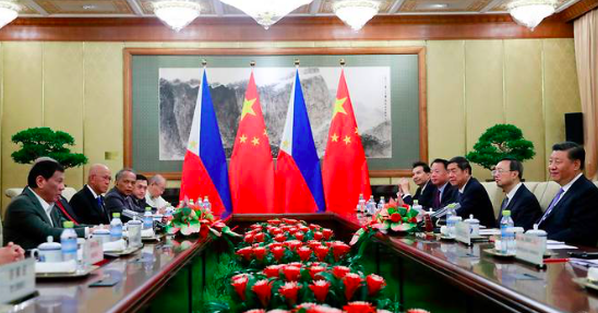 Ông Duterte và ông Tập Cận Bình trong cuộc hội đàm ở Bắc Kinh. (Ảnh: CNA)