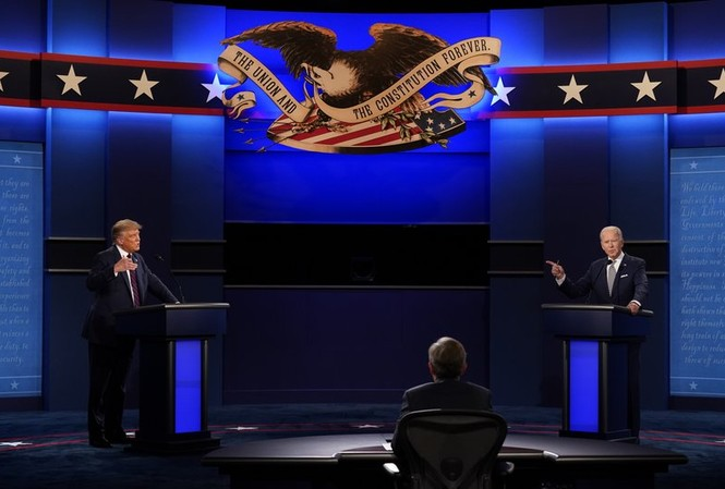 Hai ông Trump và Biden trong cuộc tranh luận trực tiếp tối 29/9. (Ảnh: AP)