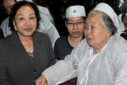 Bà Nguyễn Thị Đạo (phải) - người vợ hiền của soạn giả Viễn Châu - gượng dậy để tiễn biệt chồng. Ảnh: Thanh Hiệp.