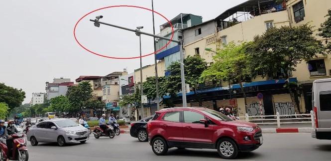 Ba camera lắp trên cùng một cần vươn tại ngã tư Nguyễn Thái Học - Cửa Nam. Ảnh Kiến Nghĩa