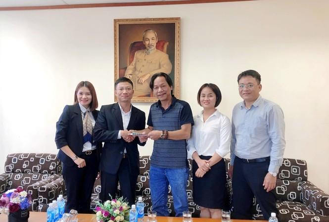 Đại diện Công ty cổ phần My Way và Công ty cổ phần Time Garden Vietnam trao tiền ủng hộ đồng bào lũ lụt tại Quảng Nam