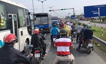 Theo ghi nhận, trưa mùng 4 Tết, trên Quốc lộ 1A, rất nhiều phương tiện xe gắn máy từ các tỉnh miền Tây nối đuôi nhau về TP Hồ Chí Minh.