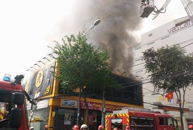 TPHCM: Cháy lớn siêu thị Thế Giới Di Động