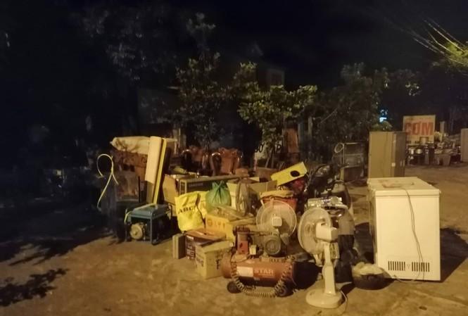 Hàng trăm người dân Hà Tĩnh hối hả dọn đồ chạy 'giặc lửa' trong đêm