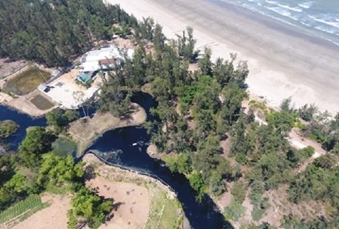 Hồ nuôi tôm xả nước thải đen ngòm đổ thẳng ra bãi biển Đông Hồi