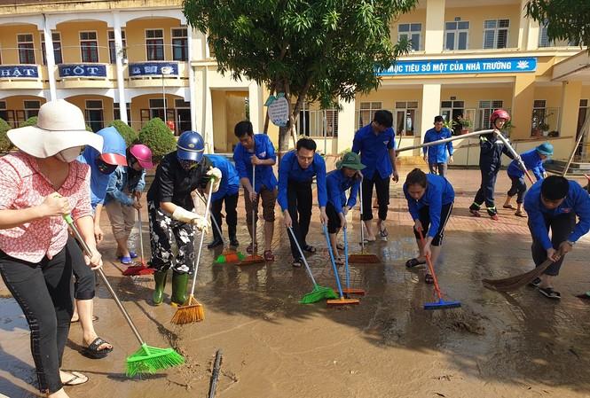Áo xanh thanh niên hỗ trợ người dân khắc phục vệ sinh sau lũ