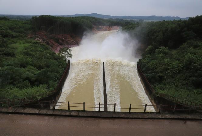 Hồ Kẻ Gỗ tăng lưu lượng xả tràn vào ngày mai, vì sao?