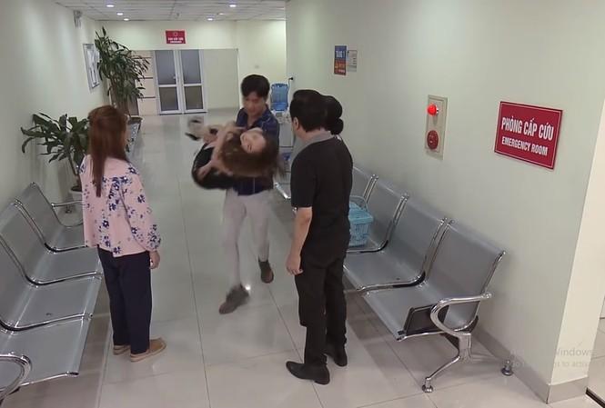 Con ốm nhưng Vũ lại bị bắt gặp đưa Nhã tới viện cấp cứu