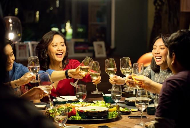 """""""Tiệc trăng máu"""" đạt doanh thu khủng tần đầu mở màn của phòng vé Việt năm 2020"""