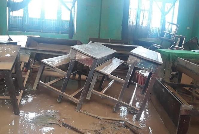 Cảnh bàn ghế tan hoang ở một trường học tỉnh Quảng Trị sau lũ lụt.