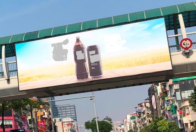 Hàng loạt biển quảng cáo cầu vượt hết phép tại Hà Nội