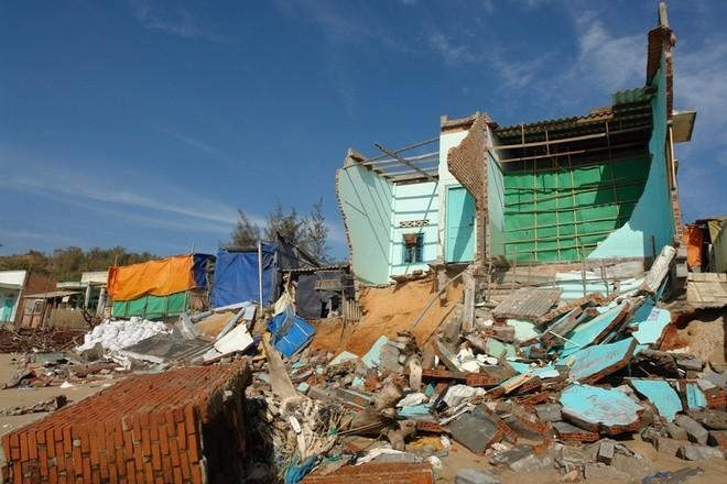 Gần chục nhà sập đổ và nhiều căn khác hư hỏng nặng.
