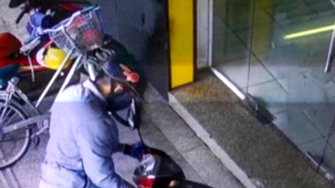 Hình ảnh nghi phạm tiếp cận ngân hàng - ảnh cắt từ camera an ninh
