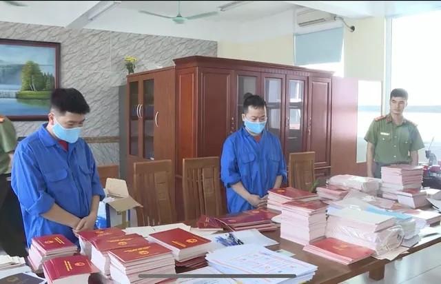 Hai đối tượng Dương Hữu Hưng và Dương Văn Lạng (áo xanh) cùng tang vật