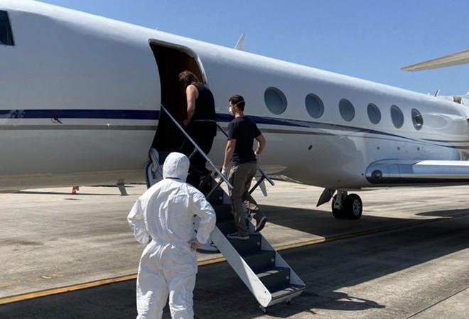 Chuyên cơ đặc biệt của Cảnh sát Hoa Kỳ tại sân bay Quốc tế Nội Bài, dẫn giải 2 đối tượng nguy hiểm về nước