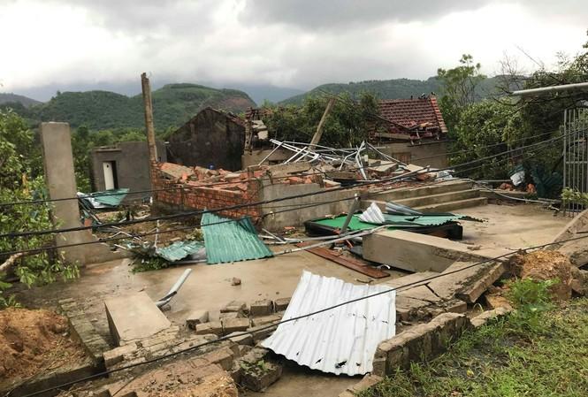 Lốc xoáy tốc mái 40 căn nhà, hàng trăm người rơi cảnh 'màn trời chiếu đất'