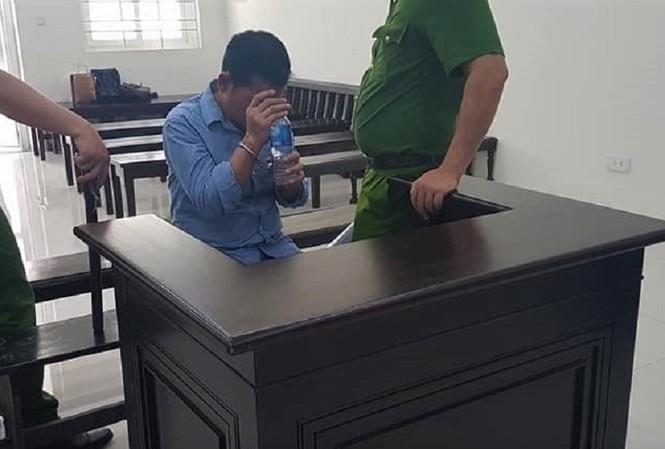 Bị cáo Chử Tuấn Sơn được công an canh giữ tại tòa.