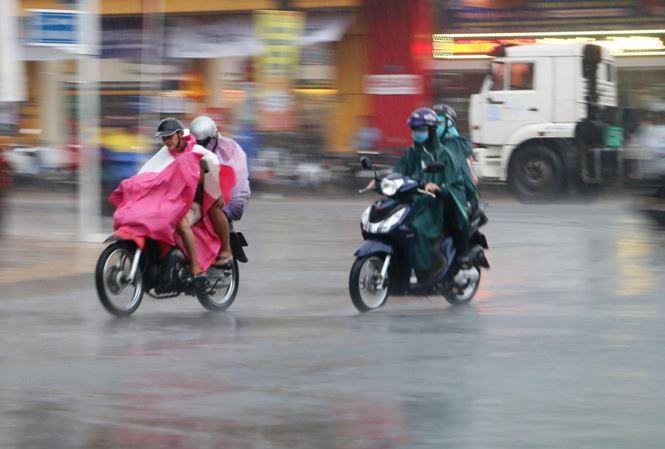 Bắc Bộ mưa dông, Trung Bộ nắng nóng kéo dài