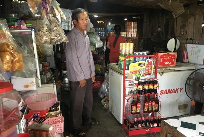 Ông Lê Đức Tường hỗ trợ vợ bán hàng tạp hóa để trang trải cuộc sống hằng ngày