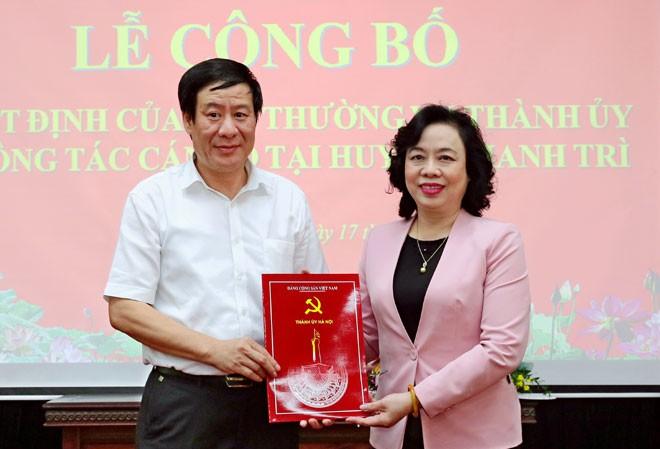 Phó Bí thư Thường trực Thành ủy Ngô Thị Thanh Hằng trao quyết định cho ông Lê Tiến Nhật