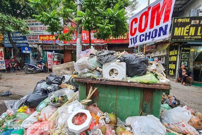 Rác thải ùn ứ ở nội đô Hà Nội khi người dân chặn xe chở rác vào bãi rác Nam Sơn