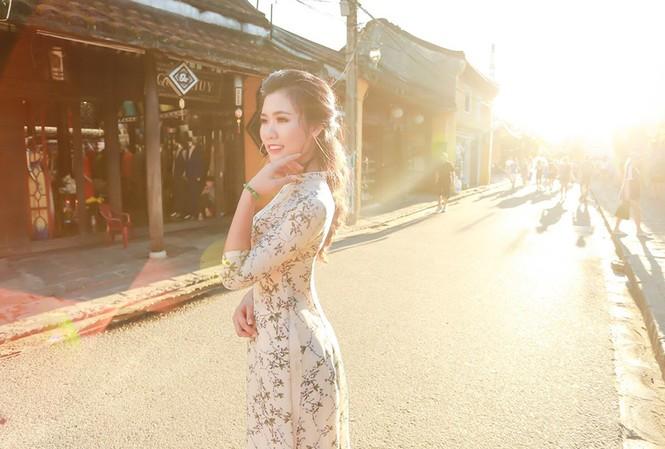 Thí sinh chung kết iMiss Thăng Long thả dáng trên phố Hội