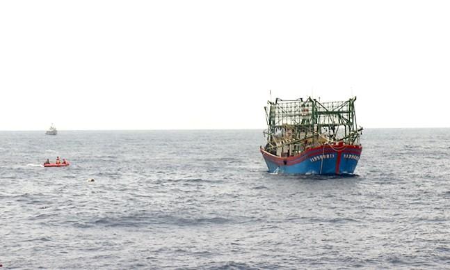 Lực lượng tìm kiếm cứu hộ cứu nạn tiếp cận, đưa thi thể thứ hai lên tàu