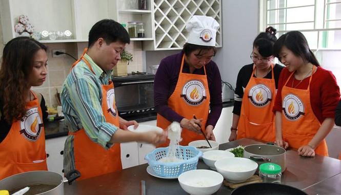 Học viên học nghề nấu ăn tại Học viện Ẩm thực Hà Nội.  Ảnh: Thiên Thanh