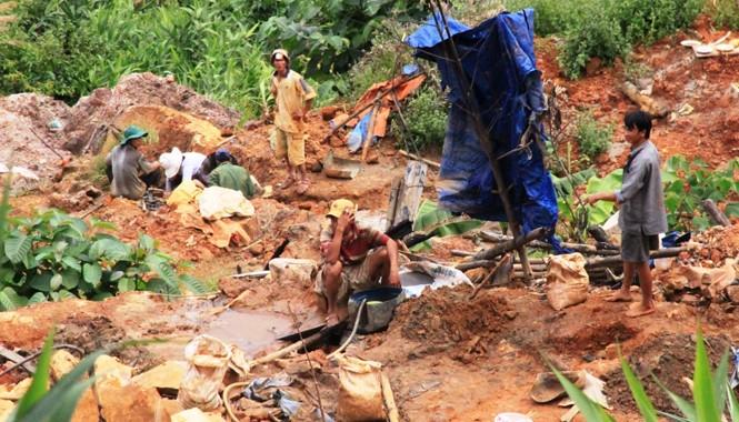 Người dân đổ xô lên bãi vàng Khe Đương khai thác trái phép. Ảnh: Nguyễn Huy
