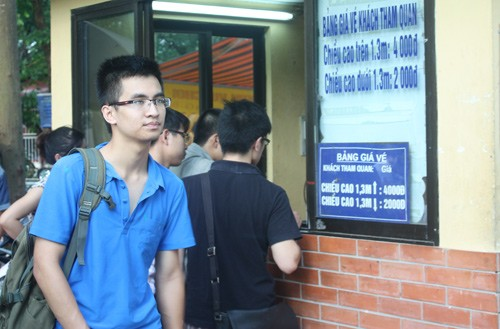 Giá vé vào cửa vườn thú Hà Nội tăng từ 4.000 lên 10.000 đồng/người lớn. Ảnh: Minh Minh.