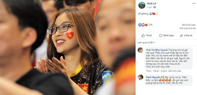 Nhật Lê đăng ảnh cũ cổ vũ đội tuyển Việt Nam. Ảnh chụp màn hình.