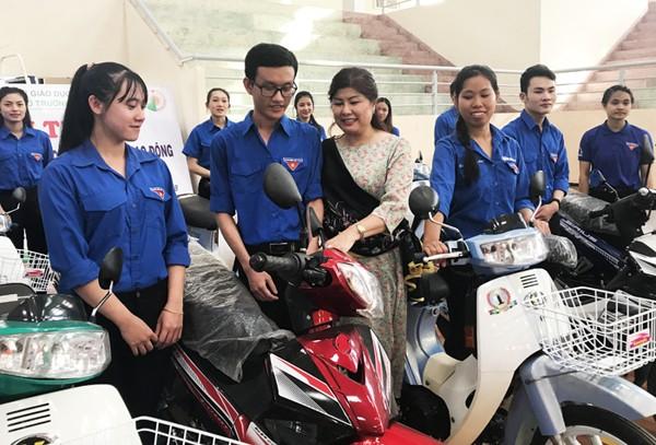 Chị Lan tặng xe máy cho SV Đại học Đà Lạt