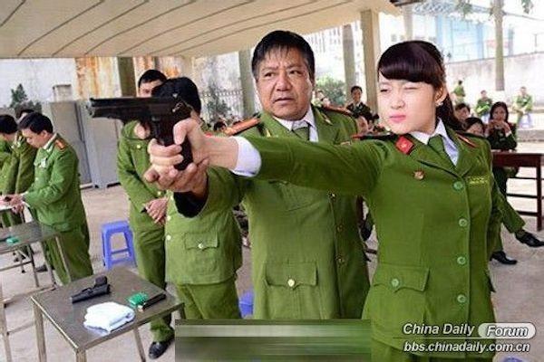 Nữ cảnh sát Việt xinh đẹp lên báo nước ngoài