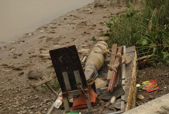 Cận cảnh quả bom nặng hơn 100kg dưới lòng sông Hải Phòng