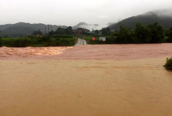 Lũ đang lên nhanh ở vùng cao Quảng Ninh gây ngập lụt, chia cắt nhiều xã