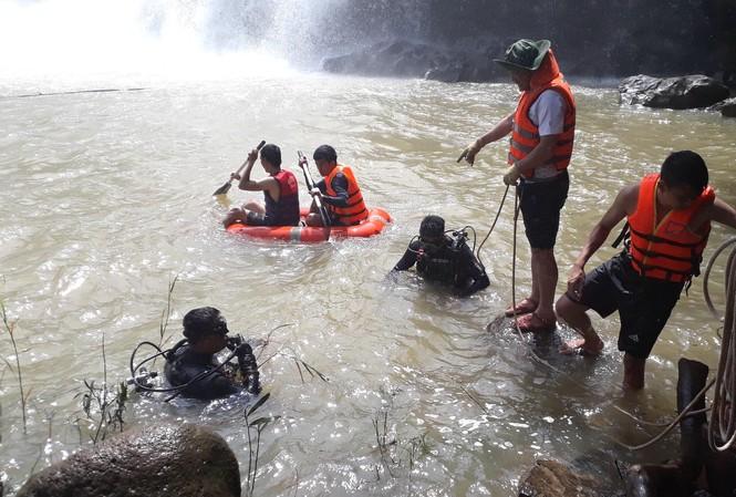 Thi thể 3 nam thanh niên được tìm thấy dưới lòng thác sâu