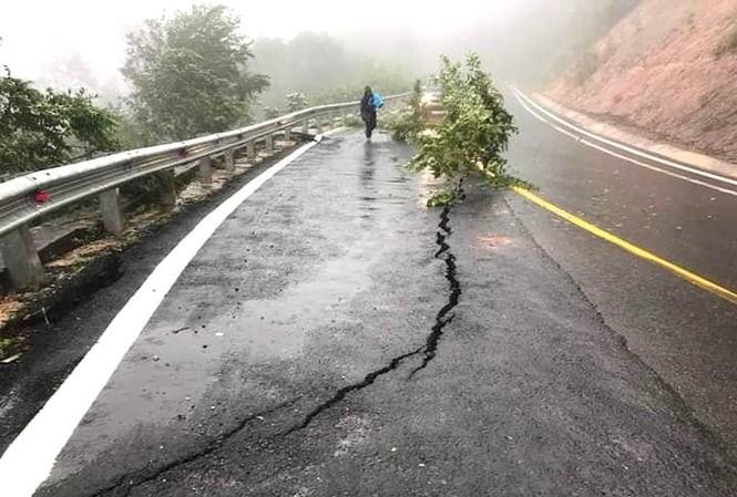 Một điểm nguy cơ sạt lở trên Quốc lộ 24, đèo Măng Đen (giáp giữa huyện Kon Plông và huyện Kon Rẫy, tỉnh Kon Tum)