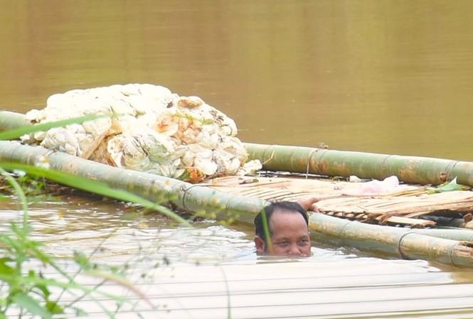 Thuỷ điện Plei Kần tích nước làm ngập đường, người dân xã Đắk Rơ Nga, huyện Đắk Tô phải dùng bè để vận chuyển nông sản