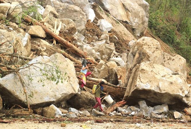 Xã Ngọc Tem (huyện Kon Plông, Kon Tum) bị chia cắt do tuyến đường Trường Sơn Đông bị sạt lở nghiêm trọng