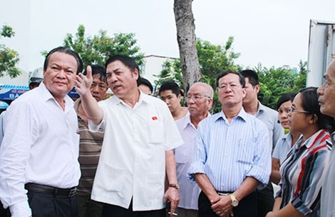 Ông Nguyễn Bá Thanh trong một lần trực tiếp thị sát để giải quyết các bức xúc của cử tri quận Hải Châu (Đà Nẵng). Ảnh: PLO