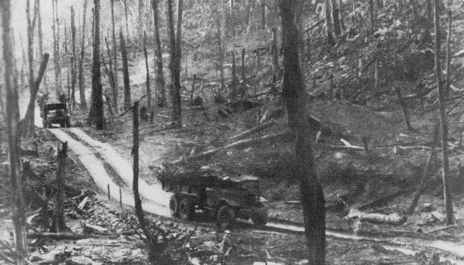Xe tải chở hàng theo đường mòn Hồ Chí Minh tiếp tế cho miền Nam. Ảnh: Tư liệu.