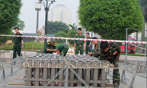 Các chiến sĩ lắp nối thiết bị bắn pháo hoa. Ảnh: Tri Thức trẻ.