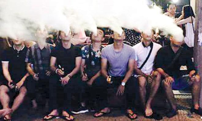 Nhiều bạn trẻ hút thuốc lá điện tử chỉ để thể hiện bản thân. Ảnh: NVCC.